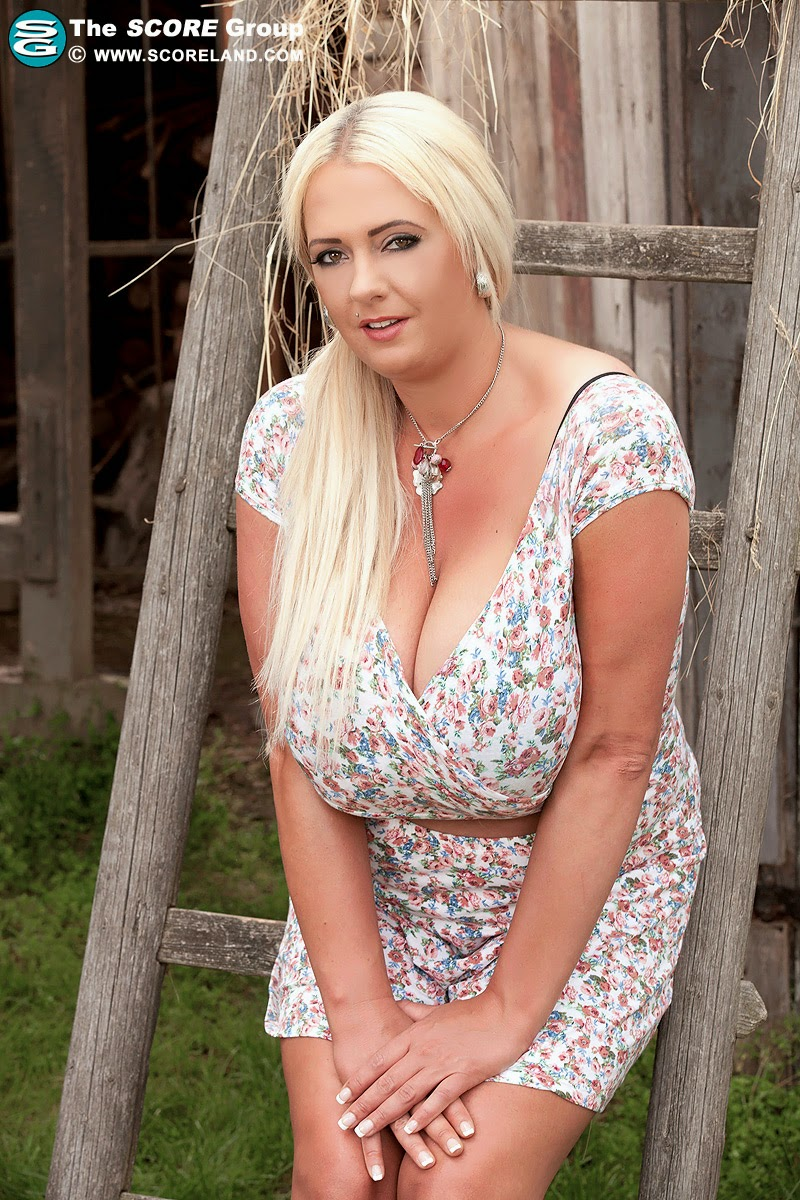 Joanie recommend Upskirt blonde outdoor beauty
